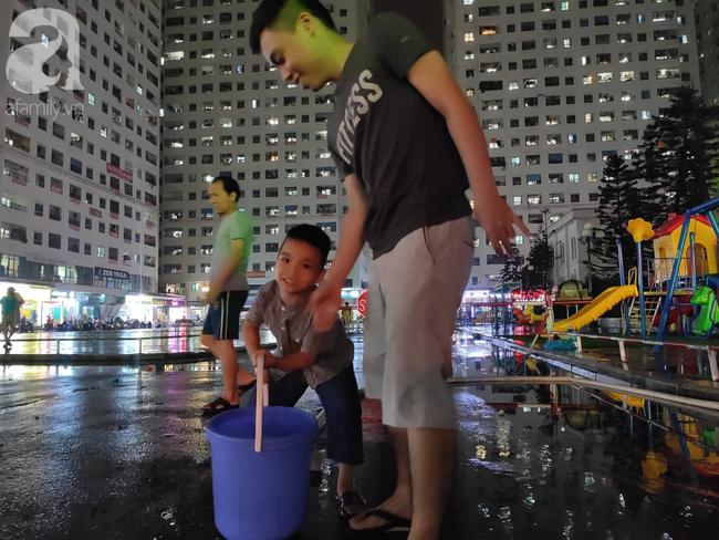 Chùm ảnh người dân đội mưa đi lấy nước tại khu chung cư Linh Đàm - Ảnh 7.
