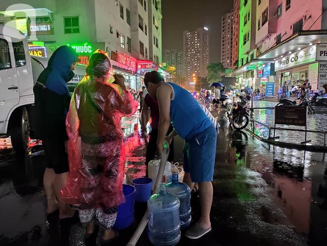 Chùm ảnh người dân đội mưa đi lấy nước tại khu chung cư Linh Đàm - Ảnh 5.