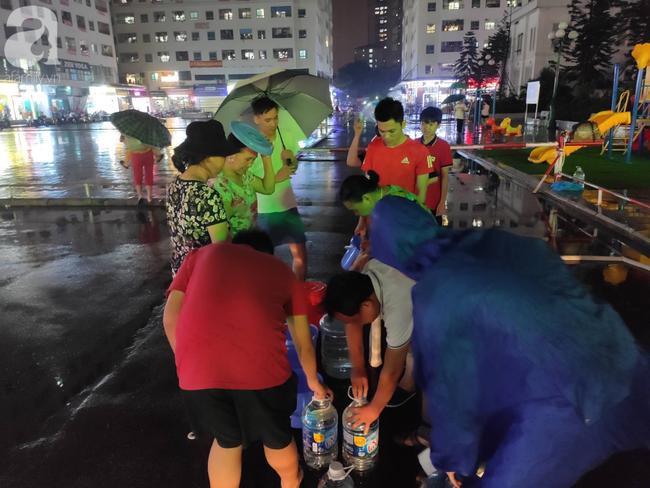 Chùm ảnh người dân đội mưa đi lấy nước tại khu chung cư Linh Đàm - Ảnh 3.
