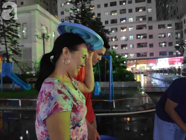 Chùm ảnh người dân đội mưa đi lấy nước tại khu chung cư Linh Đàm - Ảnh 2.