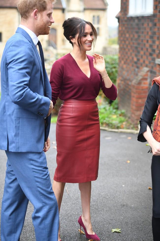 Meghan Markle chẳng ngán để lộ bụng to còn Hoàng hậu Letizia thì đẹp miễn bàn khi đụng chân váy da sang chảnh - Ảnh 5.