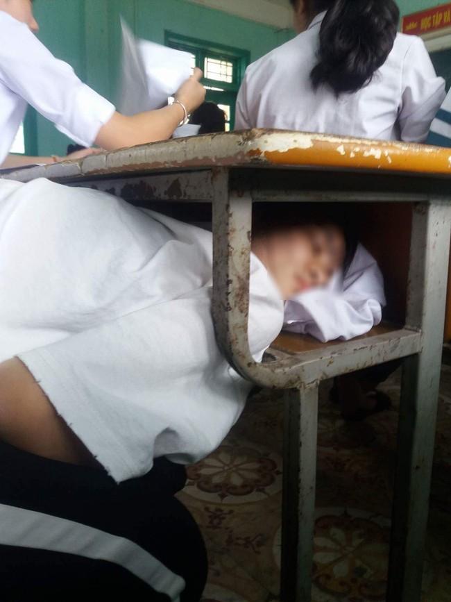 Đang trong tiết buồn ngủ mà sợ thầy phát hiện, nữ sinh chui đầu vào gầm bàn đánh giấc ngon lành khiến dân mạng cười té ghế - Ảnh 1.