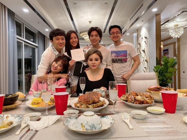Hội bạn thân Trấn Thành, Lê Giang, Thu Minh tưng bừng chuẩn bị bữa tiệc giữa đêm mừng sinh nhật HH Thu Hoài - Ảnh 2.