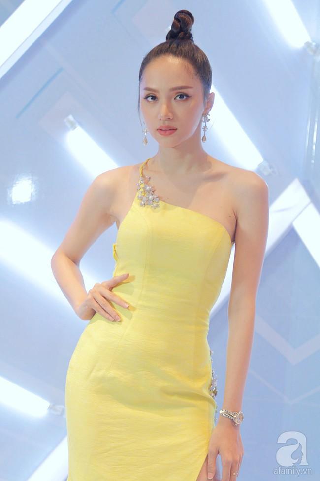 Hương Giang hóa nữ thần gợi cảm hút mắt, Việt Trinh 'hack tuổi' với tóc mái ngang trẻ trung - Ảnh 2.