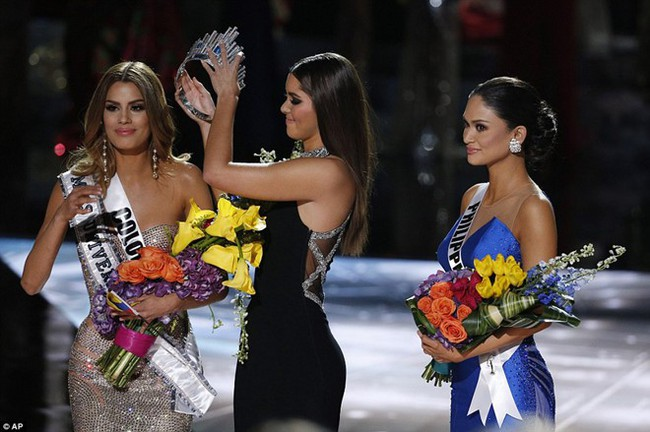 Từng chê bai MC Miss Universe đọc sai kết quả, Nguyên Khang gặp sự cố tương tự và bị chỉ trích không kém - Ảnh 4.