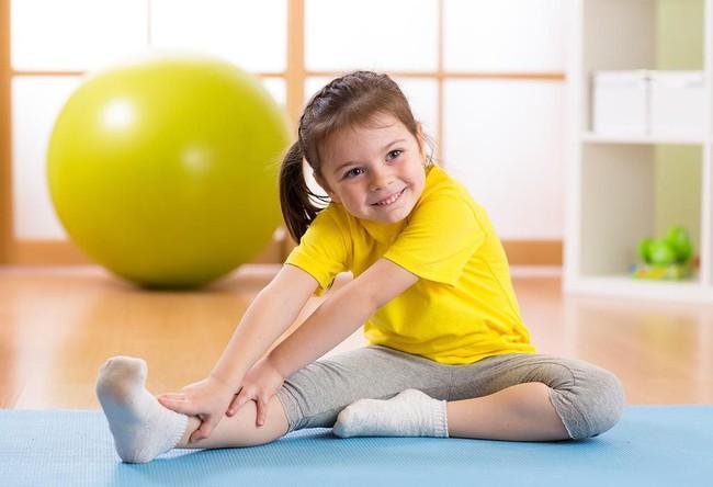 Cha mẹ nên khuyến khích trẻ tập 4 bài thể dục đơn giản này mỗi ngày để giúp trẻ phát triển chiều cao tối đa - Ảnh 2.