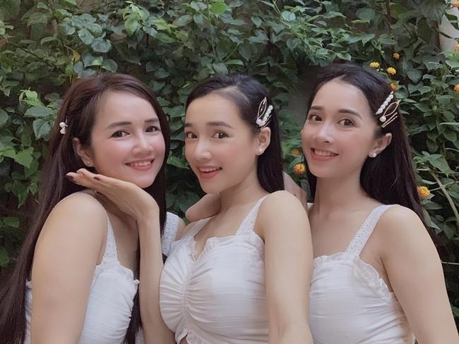 Chị em nhà Nhã Phương xinh đẹp vẹn toàn, còn chăm đọ sắc chung khung hình khi ăn vận và làm điệu giống hệt nhau - Ảnh 1.