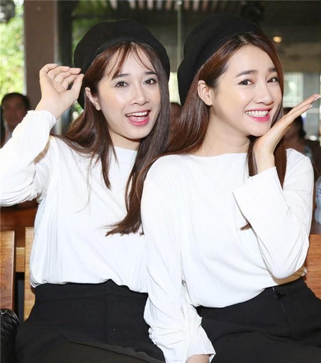 Chị em nhà Nhã Phương xinh đẹp vẹn toàn, còn chăm đọ sắc chung khung hình khi ăn vận và làm điệu giống hệt nhau - Ảnh 3.
