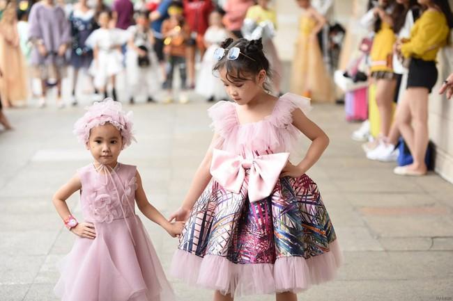 Cô bé Hà Nội vô gia cư ngày ấy, nay sải bước tại The Best Street Style với thần thái không thể tin nổi - Ảnh 4.