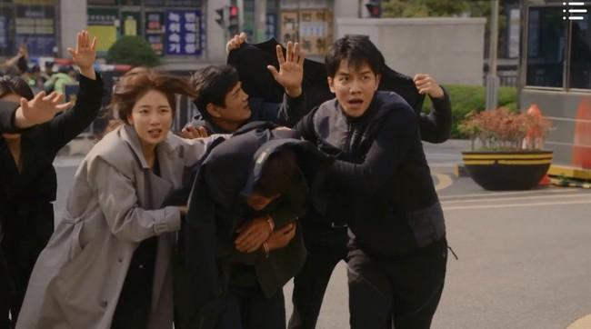 """""""Vagabond"""" tập 12: Lee Seung Gi và Suzy liều chết để bảo vệ nhân chứng, fan vừa đứng tim nhưng vẫn không quên đẩy thuyền - Ảnh 1."""