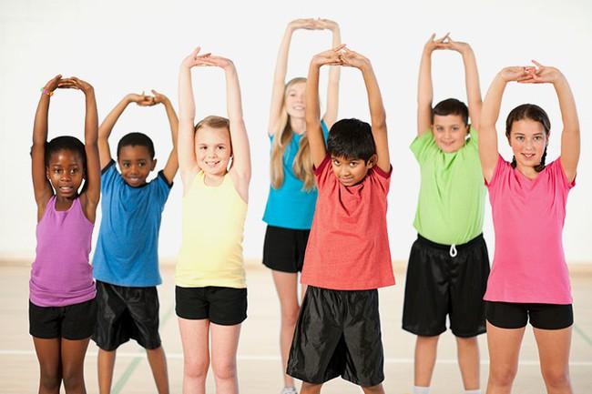 Cha mẹ nên khuyến khích trẻ tập 4 bài thể dục đơn giản này mỗi ngày để giúp trẻ phát triển chiều cao tối đa - Ảnh 1.