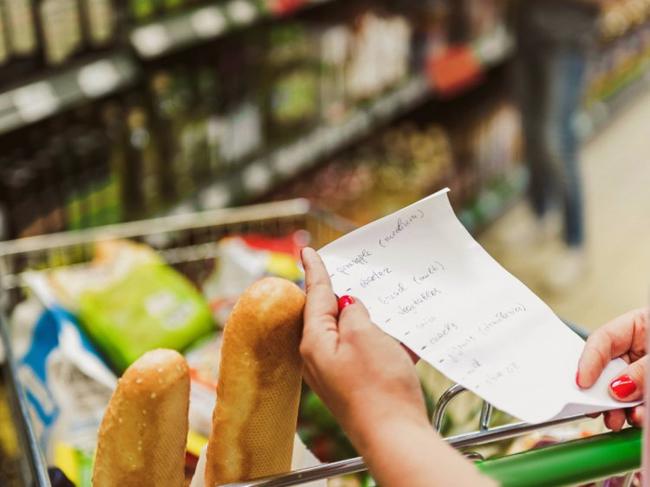 """Dễ mà khó: Làm cách nào để tiết kiệm được nhiều tiền nhất khi đi siêu thị, hãy nghe các chị em chia sẻ 7 """"bí kíp"""" tinh ranh  - Ảnh 1."""