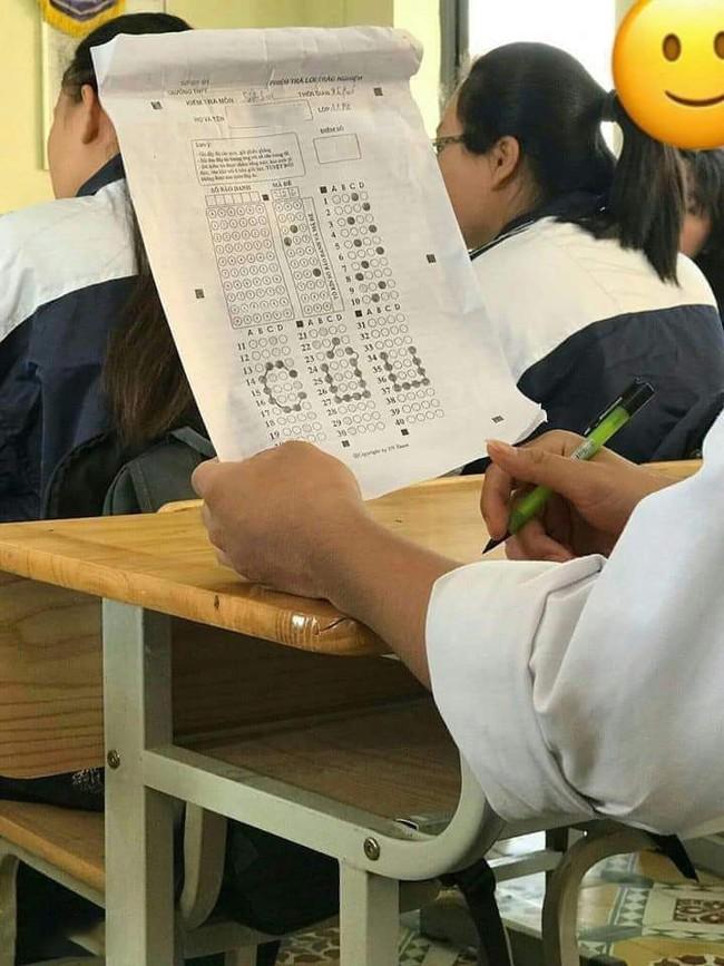 """Tưởng nam sinh thông minh làm 1 lèo xong ngay bài kiểm tra, nhưng nhìn kỹ ra lại là """"mật thư"""" cầu cứu cực lầy lội - Ảnh 1."""