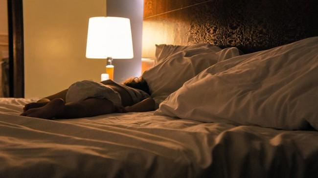 Bé gái 7 tuổi bị dậy thì sớm sau khi để đèn đi ngủ liên tục trong 3 năm - Ảnh 2.