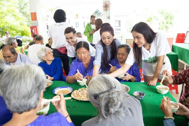 Ngô Kiến Huy trổ tài nấu cháo gà siêu ngon cùng các nghệ sỹ dành tặng quà cho người cao tuổi ở Cần Thơ - Ảnh 10.