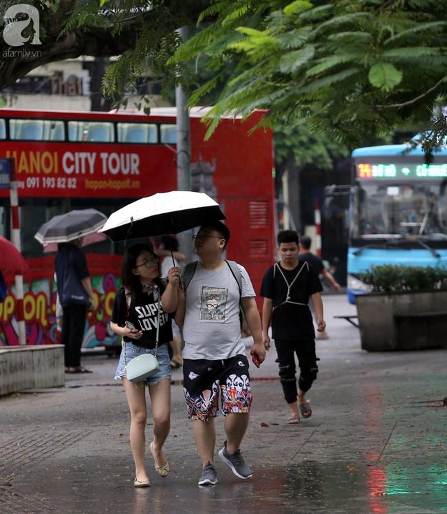 Người dân tận hưởng gì sau cơn mưa giúp không khí Hà Nội sạch hơn - Ảnh 2.