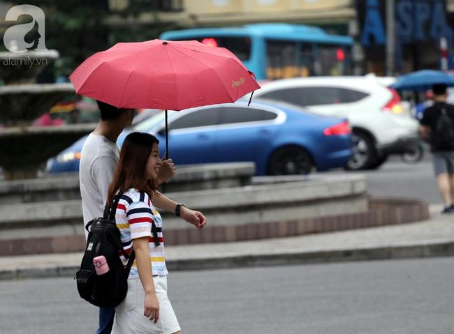Người dân tận hưởng gì sau cơn mưa giúp không khí Hà Nội sạch hơn - Ảnh 3.