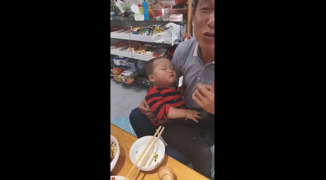 Cười ngất với bé trai 2 tuổi... - Ảnh 2.