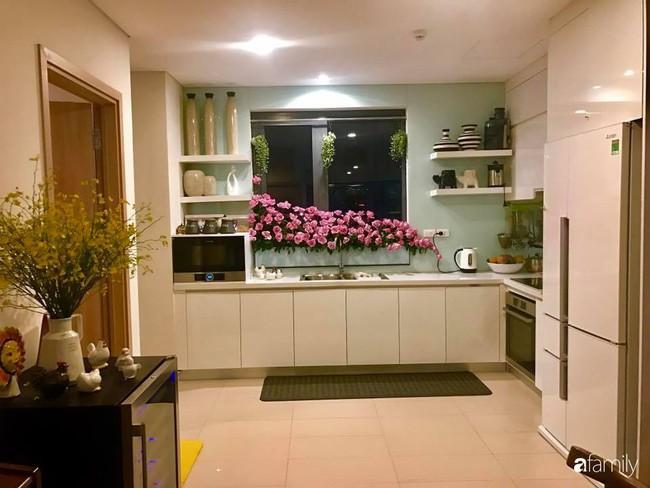 Căn bếp thơm hương của bà mẹ yêu thích cắm hoa trang trí nơi nấu nướng ở Hà Nội - Ảnh 2.