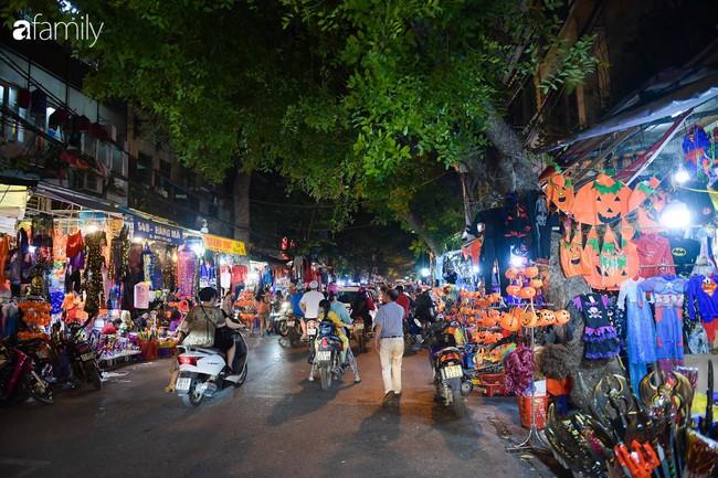 Qua Trung thu lại tới Halloween nhanh như chớp mắt, khu phố cổ Hà Nội lại nhộn nhịp vũ hội hóa trang sớm - Ảnh 1.