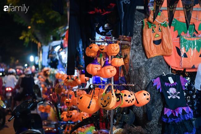 Qua Trung thu lại tới Halloween nhanh như chớp mắt, khu phố cổ Hà Nội lại nhộn nhịp vũ hội hóa trang sớm - Ảnh 2.