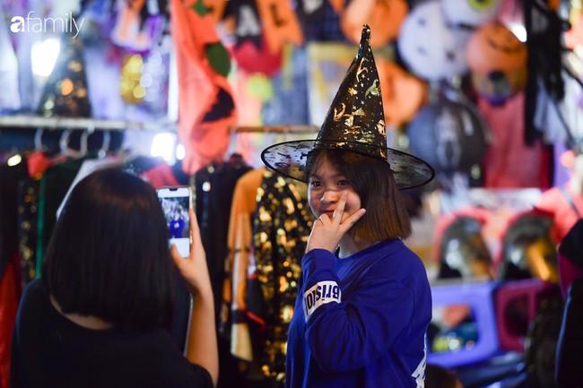Qua Trung thu lại tới Halloween nhanh như chớp mắt, khu phố cổ Hà Nội lại nhộn nhịp vũ hội hóa trang sớm - Ảnh 9.