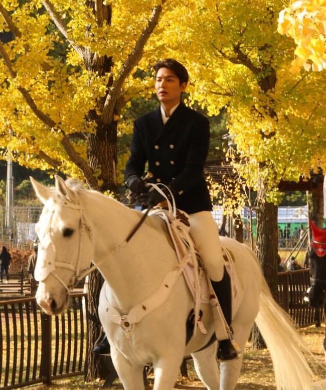 Lộ tạo hình siêu điển trai của Lee Min Ho cưỡi bạch mã giữa rừng lá vàng trong phim mới được viết bởi biên kịch Hậu duệ mặt trời  - Ảnh 3.