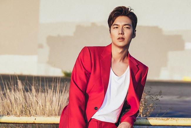 Lộ tạo hình siêu điển trai của Lee Min Ho cưỡi bạch mã giữa rừng lá vàng trong phim mới được viết bởi biên kịch Hậu duệ mặt trời  - Ảnh 1.