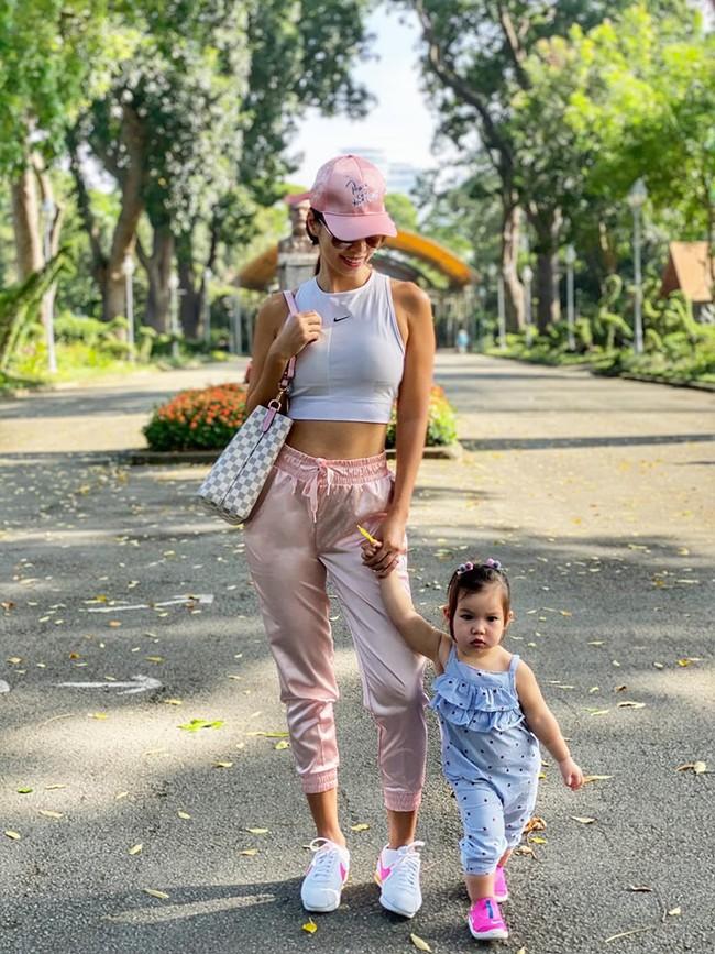 """Được mẹ Hà Anh cho đi chơi công viên, thần thái """"chặt chém"""" của bé Myla khiến ai cũng mê mẩn - Ảnh 3."""