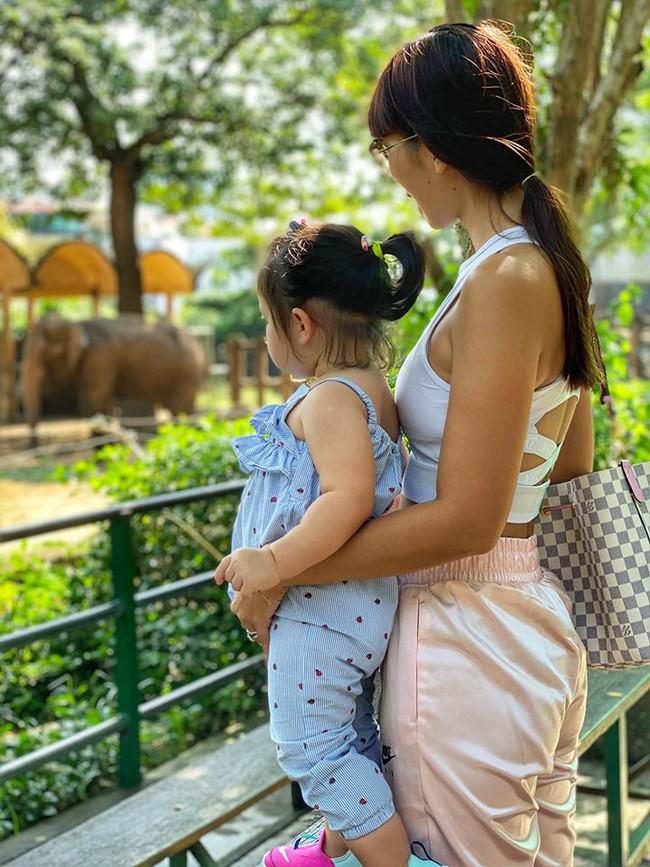 """Được mẹ Hà Anh cho đi chơi công viên, thần thái """"chặt chém"""" của bé Myla khiến ai cũng mê mẩn - Ảnh 4."""