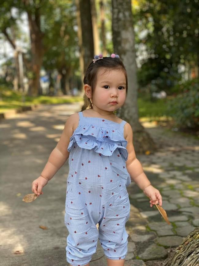 """Được mẹ Hà Anh cho đi chơi công viên, thần thái """"chặt chém"""" của bé Myla khiến ai cũng mê mẩn - Ảnh 2."""