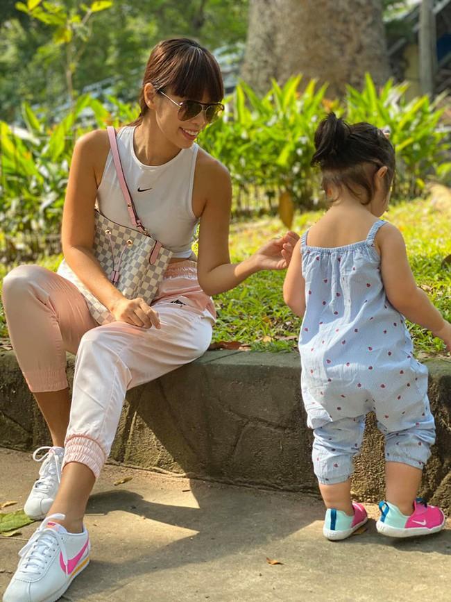 """Được mẹ Hà Anh cho đi chơi công viên, thần thái """"chặt chém"""" của bé Myla khiến ai cũng mê mẩn - Ảnh 1."""