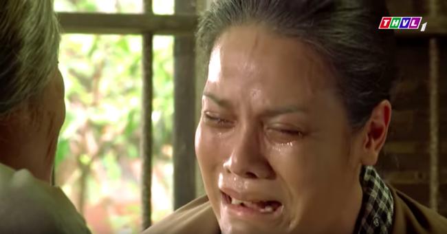"""""""Tiếng sét trong mưa"""": Trọn bộ cảnh Thị Bình - dì Bảy nhận ra nhau, Nhật Kim Anh khóc đến mức trôi hết phấn son - Ảnh 10."""