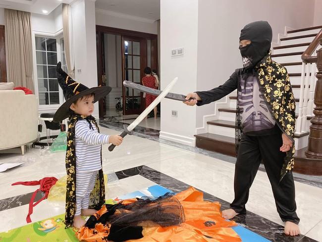 """Halloween nhà các hot mom: Trang Đinh cosplay nhóc Dứa thành chú Minion siêu cute, Sữa """"chủ tịch"""" hóa trang thành phù thủy lùn siêu hài - Ảnh 1."""