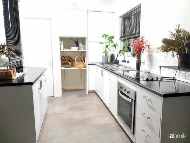Căn bếp giản đơn, ấm cúng của mẹ trẻ yêu thích phong cách tối giản - Ảnh 2.