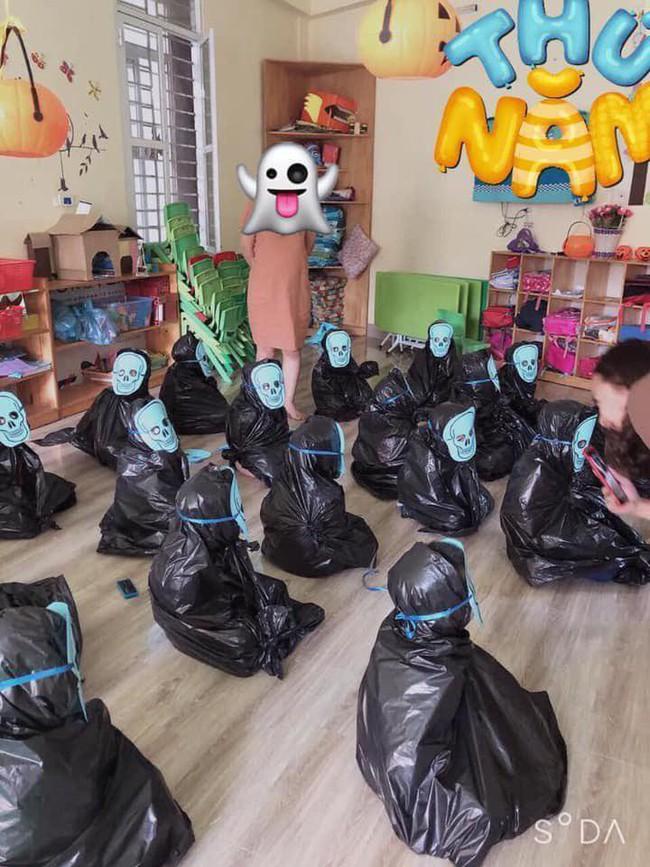 Cô giáo thử thách bố mẹ đoán con trong 20 Vô Diện giống nhau như 1 vào ngày Halloween, hài nhất là chi tiết tìm con mắt 2 mí - Ảnh 2.