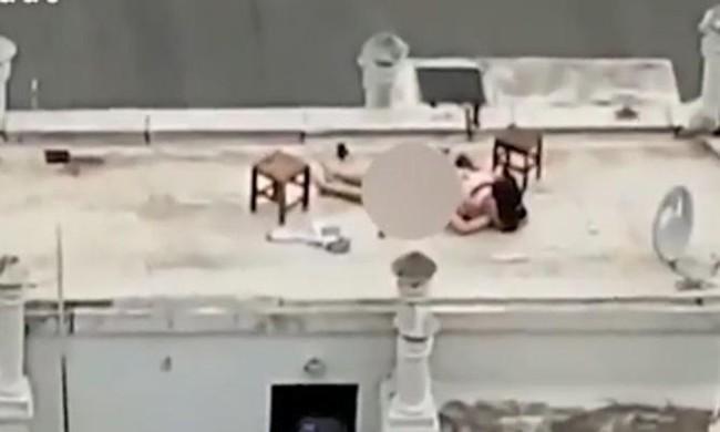 Đeo mặt nạ để mây mưa đỡ bị ai nhận ra, cặp đôi vẫn khiến dân tình nóng mặt vì hành sự ngay trên sân thượng của bảo tàng - Ảnh 3.