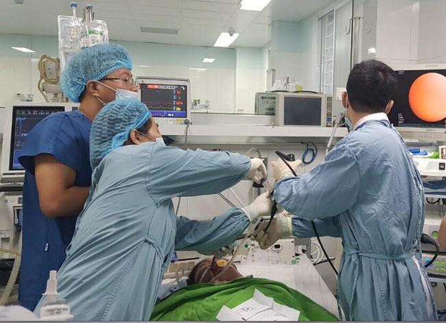 Các bác sĩ đang cấp cứu cho bệnh nhân