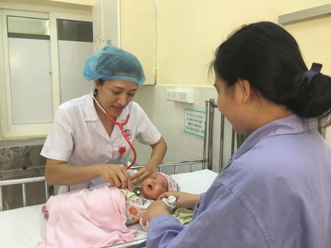 Mẹ uống lá cây lợi sữa khiến con bị nôn trớ, tím tái phải nhập viện cấp cứu - Ảnh 1.