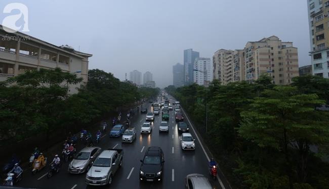 Sương mù bất ngờ bao phủ Hà Nội, nhiều người ngỡ... Tết đang về - Ảnh 5.