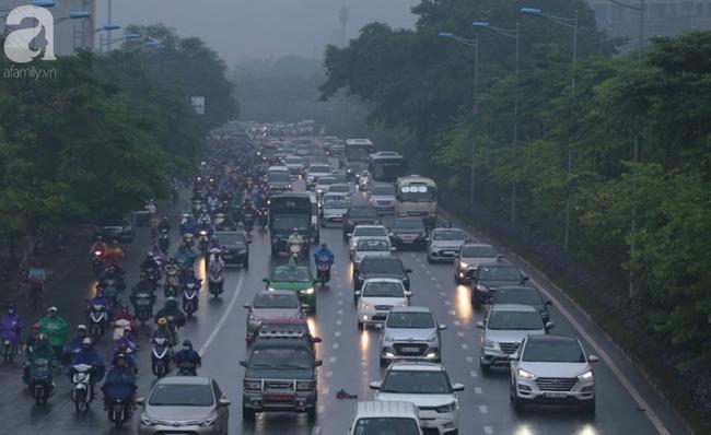 Sương mù bất ngờ bao phủ Hà Nội, nhiều người ngỡ... Tết đang về - Ảnh 6.