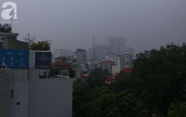 Sương mù bất ngờ bao phủ Hà Nội, nhiều người ngỡ... Tết đang về - Ảnh 10.