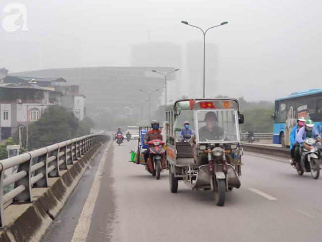 Thời tiết se lạnh, sương mù bất ngờ bao phủ Hà Nội, người dân lo sợ khi chỉ số ô nhiễm lại ở mức báo động tím - Ảnh 12.