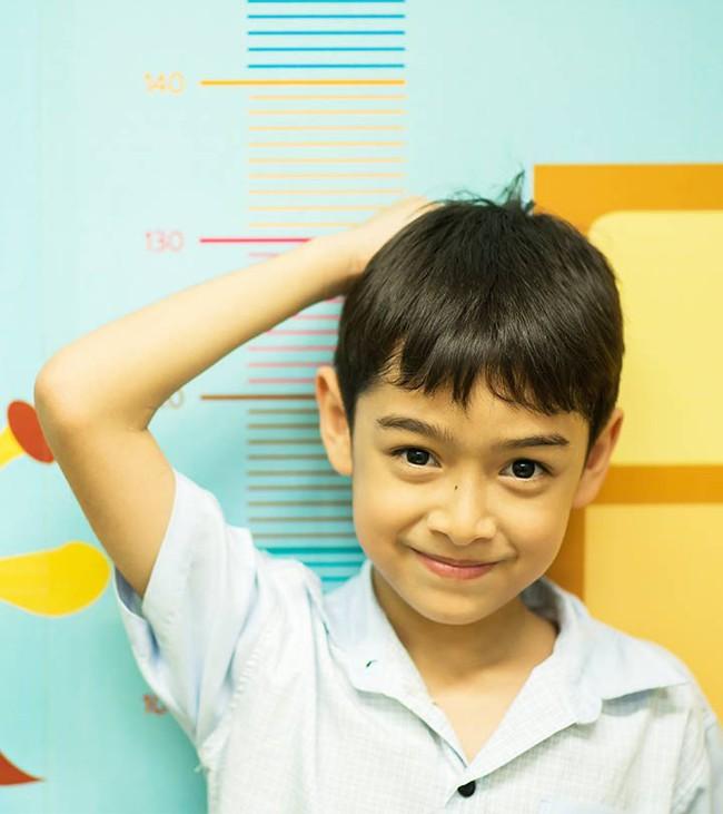 Bố mẹ cùng thấp vẫn nuôi con cao 1m8 nhờ đều đặn áp dụng 4 nguyên tắc tăng chiều cao từ tấm bé - Ảnh 1.