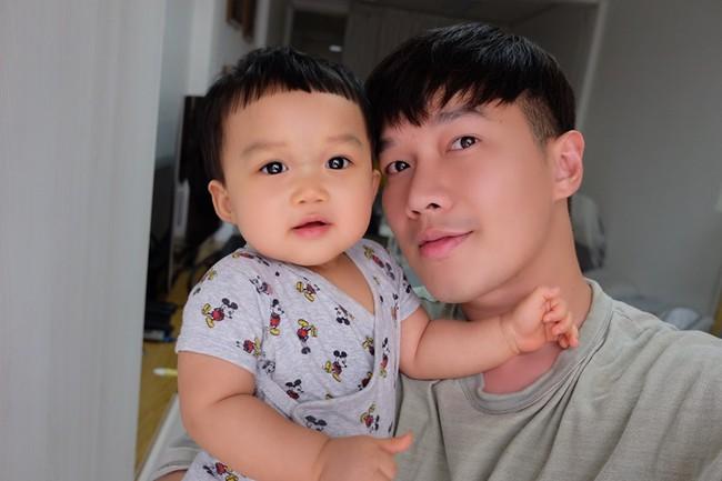 """Học ông bố đơn thân """"thiết quân luật"""" cho con từ khi lọt lòng, 3 tháng bé đã ngủ 1 mạch xuyên đêm - Ảnh 1."""