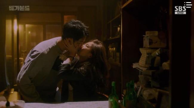 """""""Vagabond"""": Choáng với cảnh Suzy say rượu, đè Lee Seung Gi hôn đắm đuối  - Ảnh 12."""