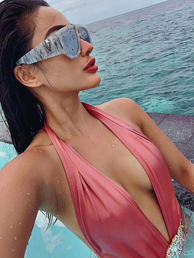 Cuối tuần của các hot mom: Elly Trần trẻ trung quyến rũ dạo phố, Meo Meo khoe dáng bốc lửa trên bờ biển Maldives - Ảnh 2.