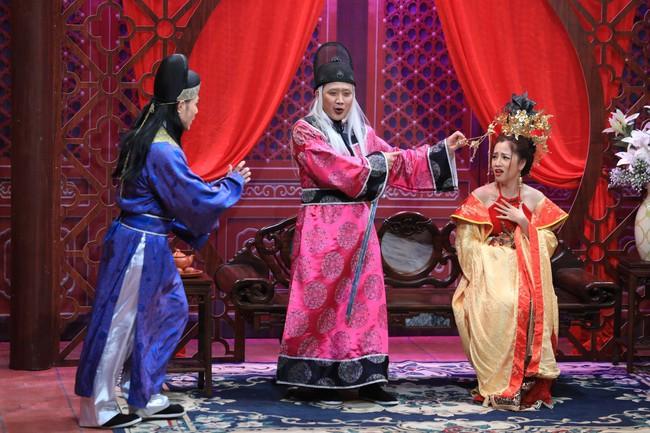"""""""Ơn giời cậu đây rồi"""": Hóa thân thành """"thái giám"""", Lê Dương Bảo Lâm """"chặt đẹp"""" Trấn Thành và giành cúp của chương trình - Ảnh 3."""