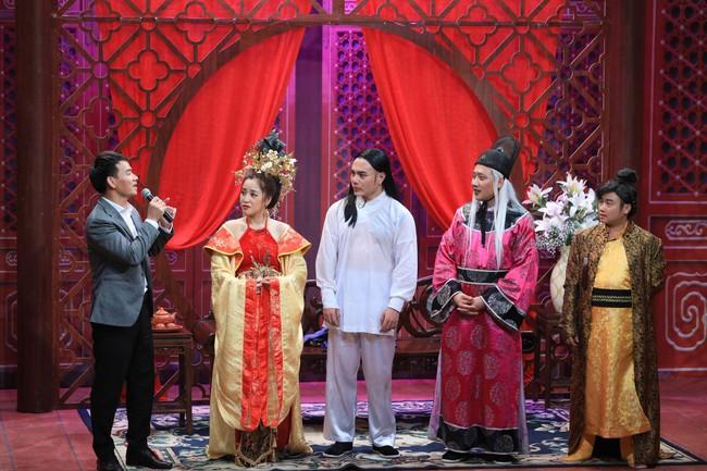 """""""Ơn giời cậu đây rồi"""": Hóa thân thành """"thái giám"""", Lê Dương Bảo Lâm """"chặt đẹp"""" Trấn Thành và giành cúp của chương trình - Ảnh 6."""