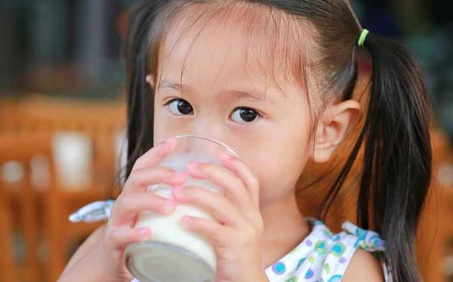 Đều đặn cho con uống sữa mỗi ngày nhưng vẫn không cao, mẹ đưa đi khám thì bất ngờ với câu trả lời của bác sĩ - Ảnh 2.